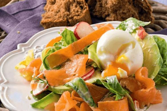 Σαλάτα με σολομό, αβοκάντο και αυγό