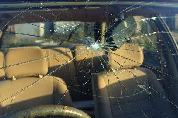 Πάτρα: Δεν ξύπνησε καλά - Άγνωστος έσπασε τα παρμπρίζ 7 αυτοκινήτων με σκεπάρνι