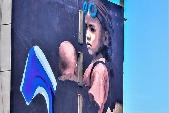 """""""Εσύ τι βλέπεις μέσα από αυτά τα μάτια;"""" - To νέο mural της Πάτρας με τον έντονο κοινωνικό συμβολισμό"""