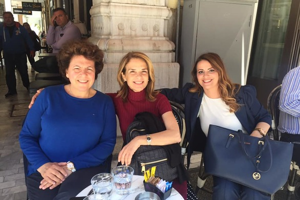 Γλυκός καφές για τρεις κυρίες της Νέας Δημοκρατίας στο κέντρο της Πάτρας