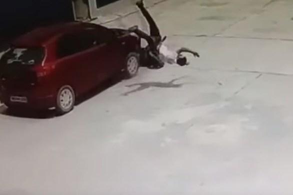 Σοκαριστικό τροχαίο - Οδηγός δικύκλου εκσφενδονίστηκε στον αέρα, αλλά δεν έπαθε τίποτα (video)