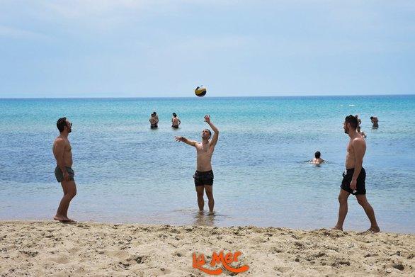 Μπάνιο και παιχνίδι στην παραλία της Καλόγριας (φωτο)