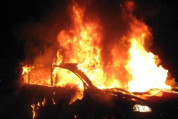 Εξάρχεια - Έκαψαν ένα αυτοκίνητο