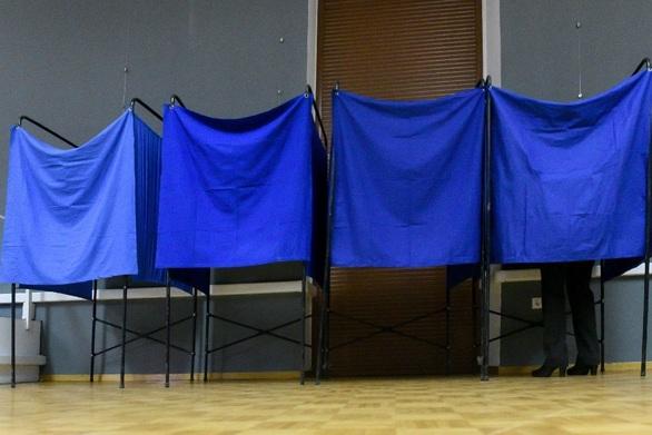 Δυτική Ελλάδα: Στήνονται τα παραβάν και οι κάλπες στα εκλογικά κέντρα