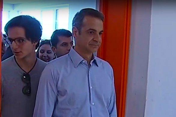Με τον γιο του στην κάλπη ο Kυριάκος Μητσοτάκης (video)