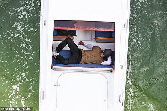 Ο φωτογραφικός φακός έπιασε τον Brad Pitt πάνω στο... όνειρο (φωτο)