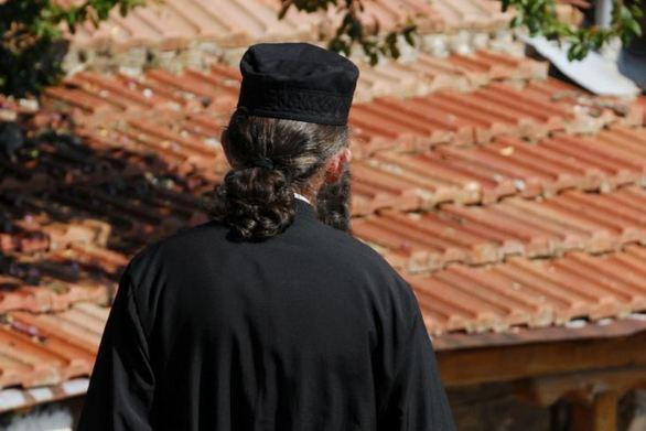 Χίος - Ιερέας πέταξε κέρματα σε βουλευτή του ΣΥΡΙΖΑ