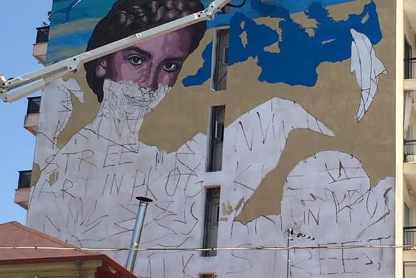 To mural του KLE με τον οικουμενικό χαρακτήρα, που βγάζει την Πάτρα προς τα έξω!