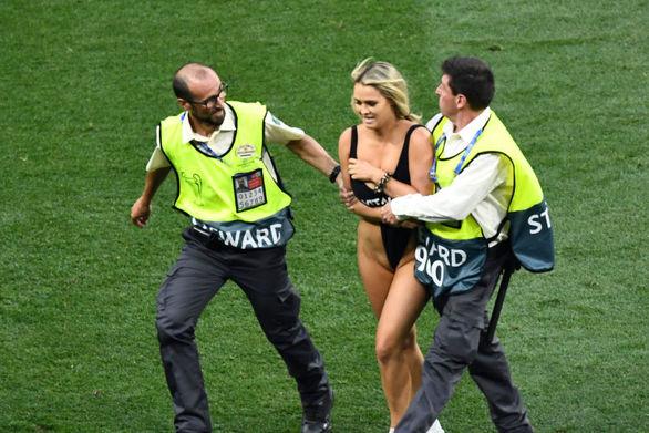Η σέξι εισβολέας του Champions League τρίβει τα χέρια της