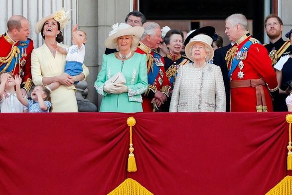 Ο πρίγκιπας Louis έκανε την πρώτη του εμφάνιση στο μπαλκόνι του Παλατιού του Μπάκιγχαμ (φωτο)