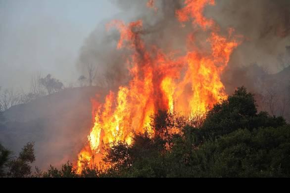Κάτω Αχαΐα: Μαίνεται η φωτιά στην περιοχή Τσαμέικα