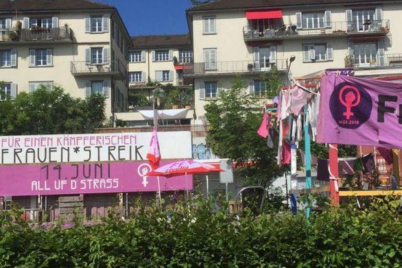 Ελβετία: Οι γυναίκες απεργούν ντυμένες στα μωβ (video)