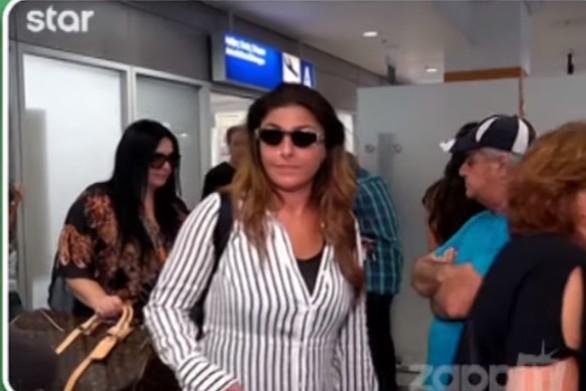 """""""Όρμησε"""" στην Έλενα Παπαρίζου και άρχισε να τη φιλάει (video)"""