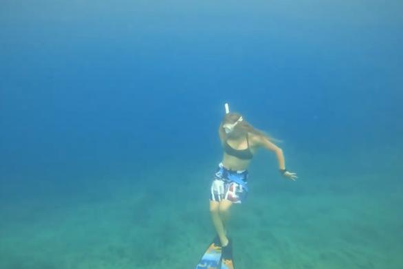 """Μαγικό - Η Κατερίνα Σολδάτου χορεύει με τα """"πτερύγια"""" της κάτω από το βυθό (video)"""
