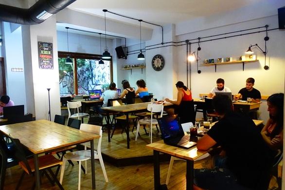Γεμάτα τα αναγνωστήρια καφέ της Πάτρας από φοιτητές που μελετούν και διαβάζουν