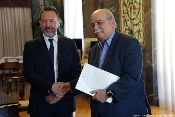 Επίδοση της ενδιάμεσης Έκθεσης της Τράπεζας της Ελλάδος στον Πρόεδρο της Βουλής