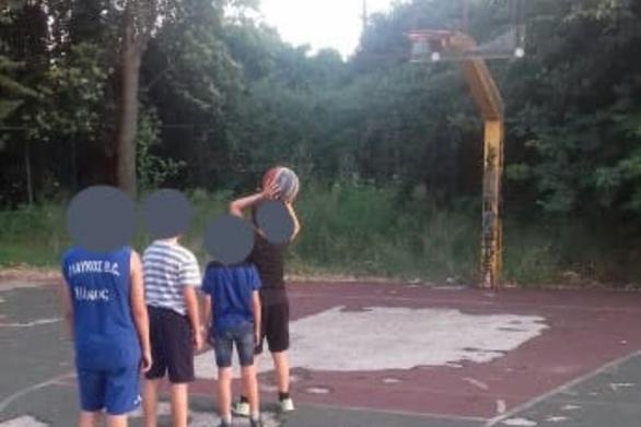 """""""Βομβαρδισμένο"""" παραμένει το γηπεδάκι μπάσκετ στη Λεύκα της Πάτρας"""