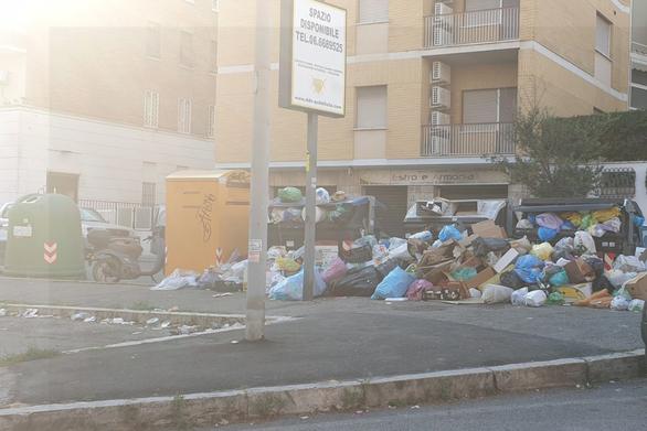 Ανυπόφορη η κατάσταση με τα απορρίμματα στους δρόμους της Ρώμης