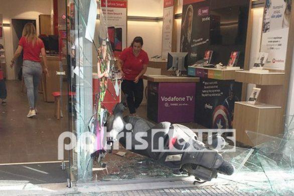 Πύργος - Οδηγός έχασε τον έλεγχο του δικύκλουκαι... μπήκε σε κατάστημα(φωτο)
