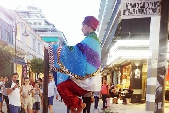 """Ο """"ιπτάμενος"""" φακίρης από την Ινδία που κέντρισε τη προσοχή στην Ρήγα Φεραίου"""