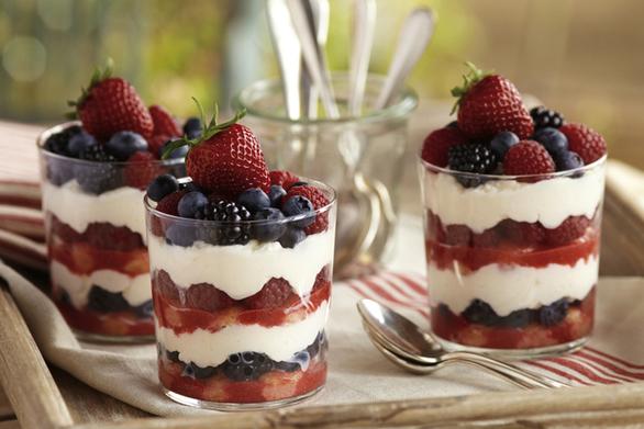 Trifle με κουλουράκια πασχαλινά και φρούτα του δάσους