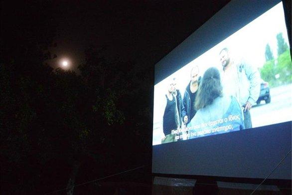 """Πάτρα - Με την ταινία """"Τhe Party"""" συνεχίζονται οι προβολές του Δημοτικού Κινητού Κινηματογράφου"""