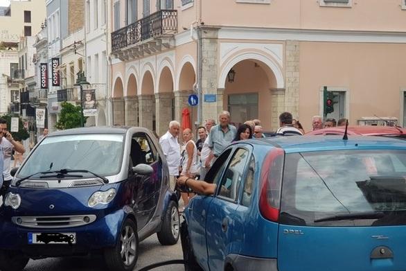 Απίστευτο τροχαίο στο κέντρο της Πάτρας - Κατέβηκε ανάποδα την Αγίου Νικολάου!