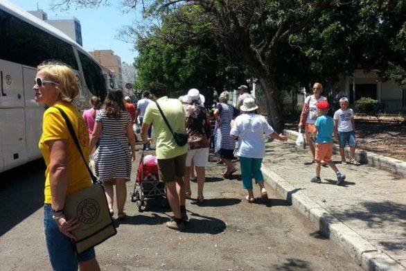 """Πάνω από 200 τουρίστες την εβδομάδα καταφτάνουν στην Πάτρα - """"Ένεση"""" στην αγορά"""