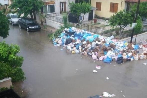 Μετά τη βροχή στο Αίγιο τα σκουπίδια έκαναν... βαρκάδα στους δρόμους!
