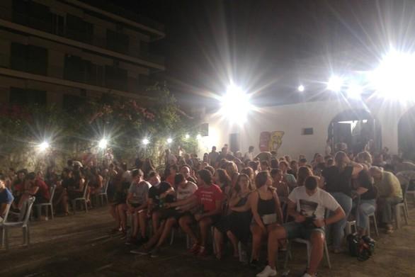 Πάτρα - Πλήθος κόσμου ανταποκρίθηκε στις προβολές του θερινού σινεμά της ΚΝΕ (φωτο)