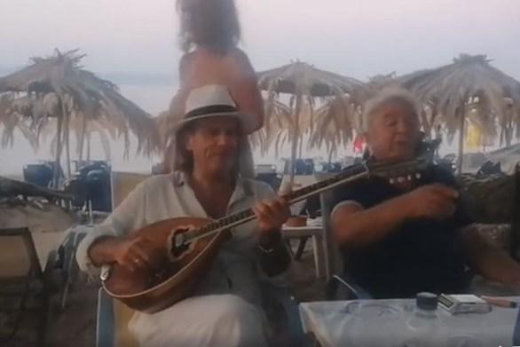 Ο Πασχάλης Τερζής τραγουδάει στην παραλία (video)