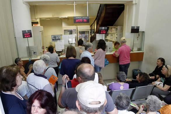 Το υπουργείο Υγείας βάζει τέλος στις ουρές στα φαρμακεία του ΕΟΠYΥ