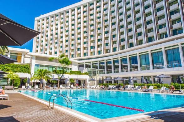 Η Πατρινή Ammousa έφτασε στην πισίνα του διάσημου και ιστορικού Hilton Athens Hotel