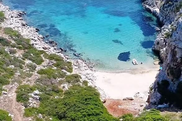 Το ελληνικό νησί σε σχήμα κροκόδειλου με το ναυάγιο και την εξωτική παραλία (video)