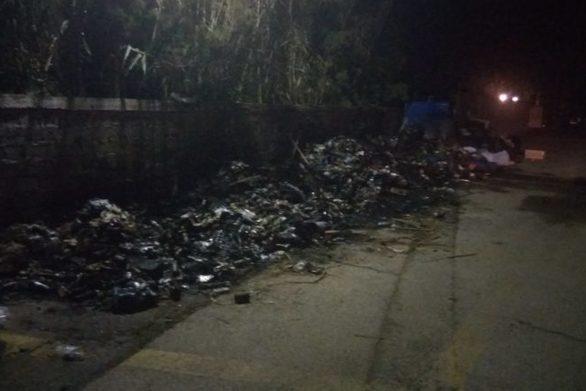 Αιγιάλεια - Εκρηκτικό κλίμα με τα σκουπίδια, άγνωστοι βάζουν φωτιές