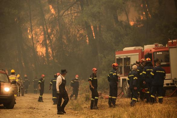Αντιπυρικές ζώνες για να περιοριστεί η πυρκαγιά στην Εύβοια
