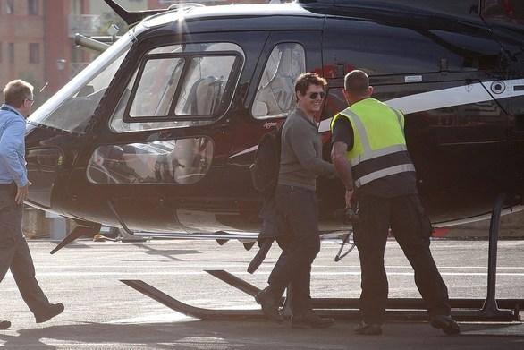O Tom Crise πετά μόνος του ελικόπτερο (φωτο)