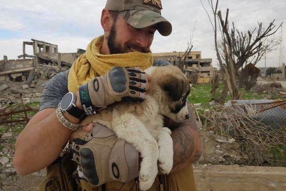 Συρία: Βρετανός έσωσε κουτάβι από τα συντρίμμια σχολείου στη Ράκα