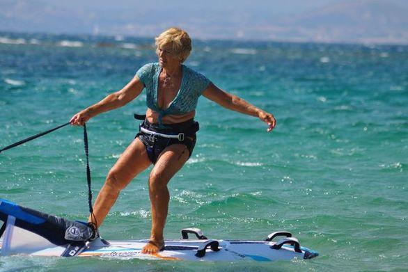 Η σούπερ γιαγιά, η 81χρονη windsurfer τα κατάφερε, έφτασε στη Κυλλήνη!