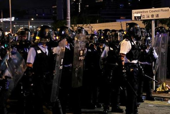 Χονγκ Κονγκ - Η αστυνομία κάνει χρήση αντλιών νερού και πυροβολεί