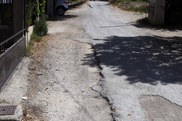 """Ο """"βομβαρδισμένος"""" πεζόδρομος - χωματόδρομος των Κάτω Συχαινών της Πάτρας (φωτο)"""