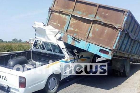 Δυτική Ελλάδα: Φορτηγάκι σφηνώθηκε σε καρότσα τρακτέρ στην Πατρών - Πύργου(φωτο)