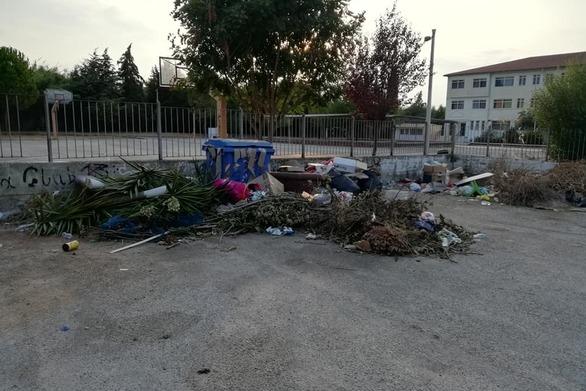 """Πάτρα: """"Λόφος"""" από σκουπίδια, έξω από το γυμνάσιο της Οβρυάς (φωτο)"""