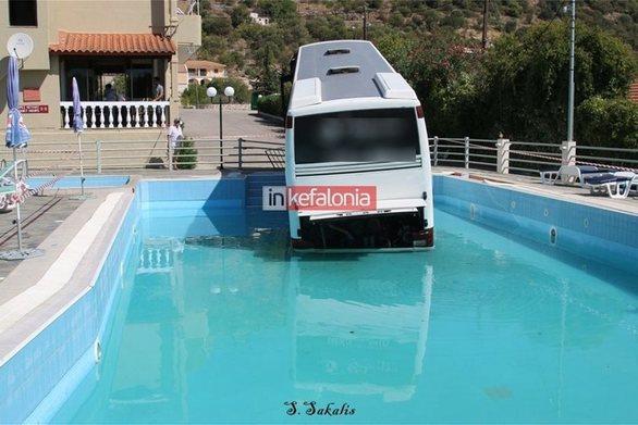 Κεφαλονιά: Λεωφορείο έπεσε σε πισίνα ξενοδοχείου (φωτο)