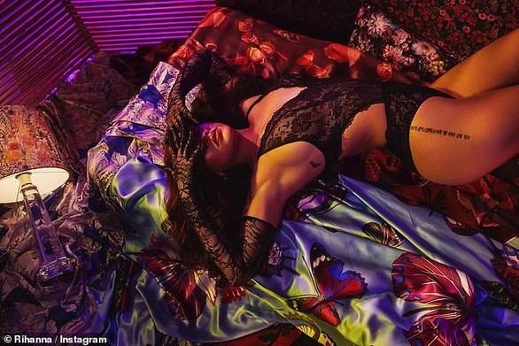 Η Rihanna φωτογραφίζεται με εσώρουχα! (φωτο)
