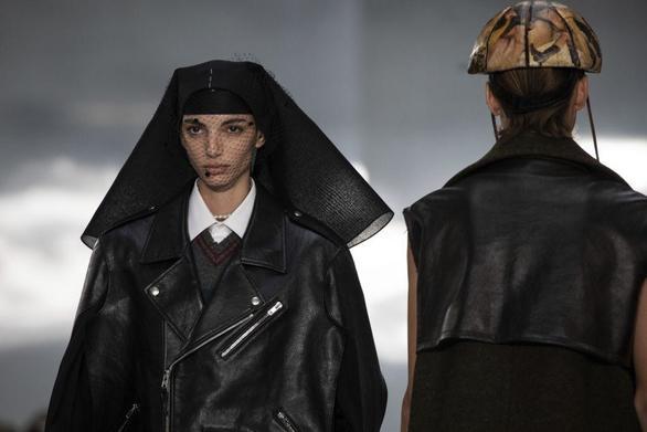 Μηνύματα ελπίδας στην Εβδομάδα Μόδας στο Παρίσι (pics+video)
