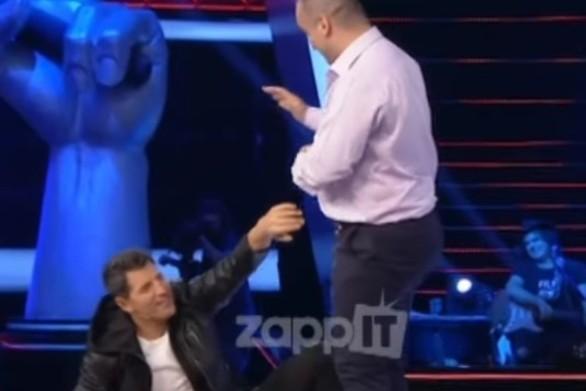 Voice - Διαγωνιζόμενος έριξε... μπουνιά στον Σάκη Ρουβά (video)