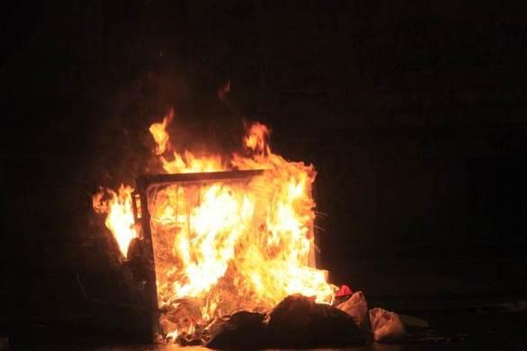 Πάτρα - Στις φλόγες τυλίχθηκαν κάδοι απορριμμάτων τα ξημερώματα