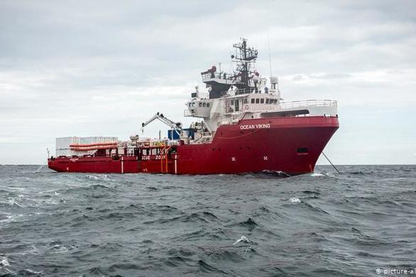 Το Ocean Viking έλαβε άδεια να αποβιβάσει τους 176 μετανάστες που έχει διασώσει