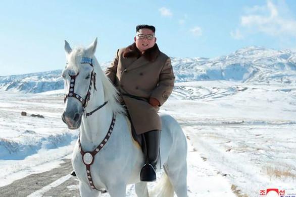 Ο Κιμ Γιονκ Ουν κάλπασε με λευκό άλογο στο χιονισμένο ιερό βουνό της Βόρειας Κορέας